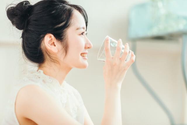 LIFEWAVE ライフウェーブ 水を飲んでいる女性